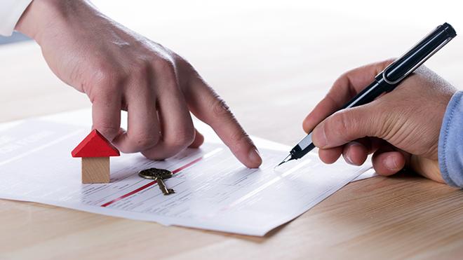 pessoa a assinar um contrato de arrendamento