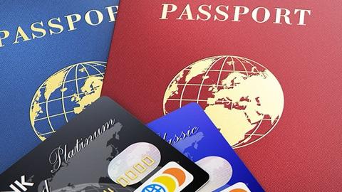 dois cartões de crédito em cima de dois passaportes
