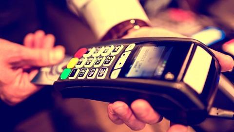 Visa/Mastercard ou Multibanco? Esta é a nova decisão que o consumidor passa a tomar de cada vez que faz um pagamento com cartão de crédito ou débito.