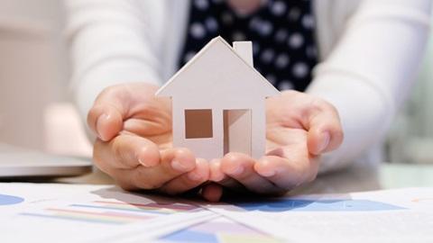 Mãos a segurar uma casa