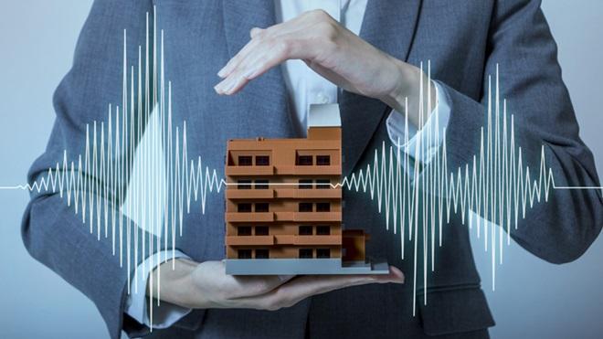 desenho de homem com casa em miniatura na mão
