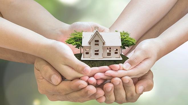 mãos que amparam uma casa