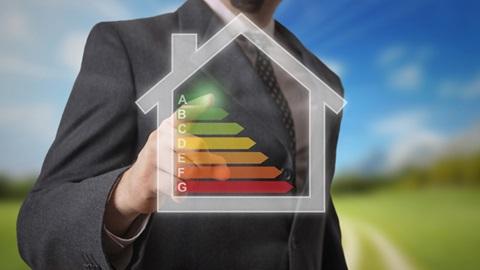 Homem aponta para o A numa ilustração de uma casa com a escala de avaliação com as letras A e G, utilizada nos certificados energéticos