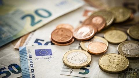 moedas e notas de euro numa mesa