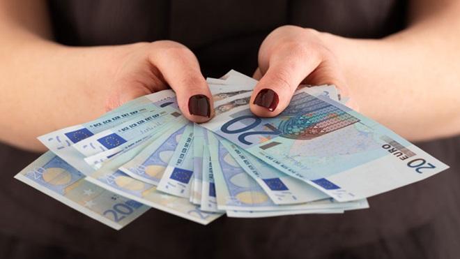 mão com notas de 20 euros