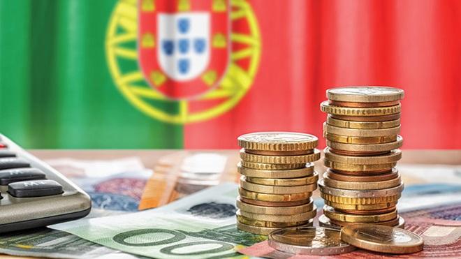 Calculadora e euros com a bandeira portuguesa