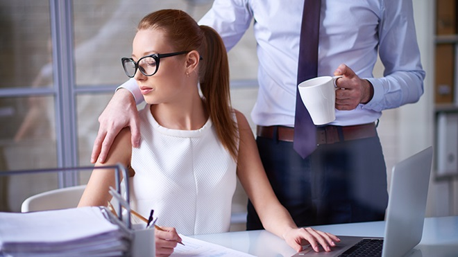 mulher em contexto empresarial a ser assediada por homem