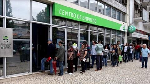 Fila de pessoas à porta de centro de emprego para receber fundo de desemprego