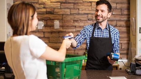 funcionário a entregar cartão de pagamento