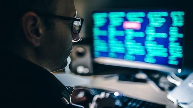 Homem a olhar para monitor