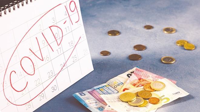 notas e moedas numa mesa