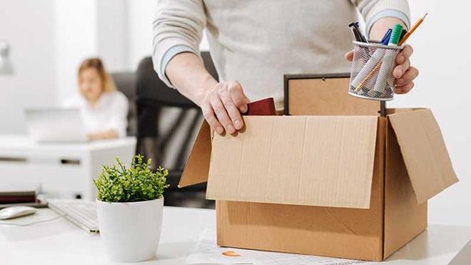 trabalhador despedido a arrumar os seus pertences numa caixa