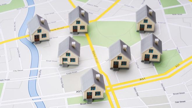 Miniaturas de casas em cima de um mapa