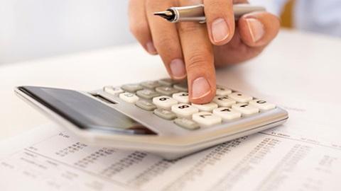 pessoa a utilizar calculadora para confirmar contas da nota de liquidação do IRS