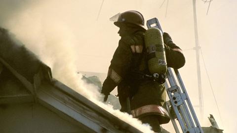 Bombeiro apaga fogo em habitação, um serviço público abrangido pela taxa de proteção civil de Lisboa