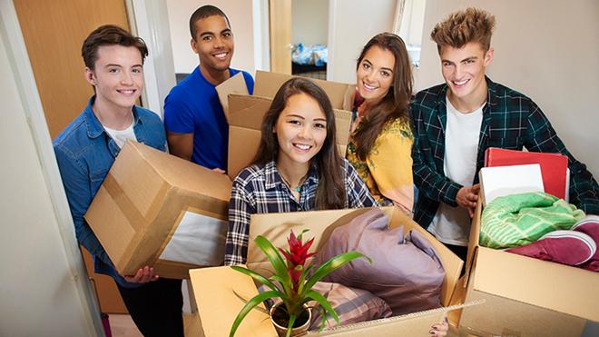 Cinco jovens estudantes nas mudanças de alojamento
