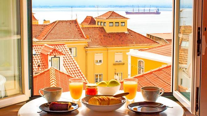 Pequeno-almoço com vista para um bairro e para o rio