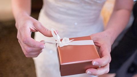 imagem um presente em papel branco
