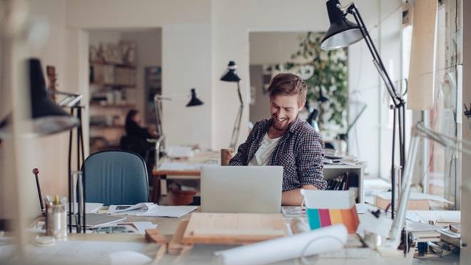Homem a trabalhar num computador portátil