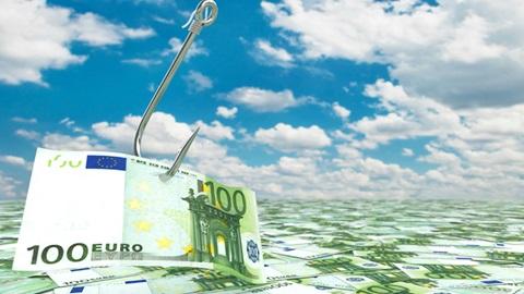 nota de 100 euros pendurada num gancho