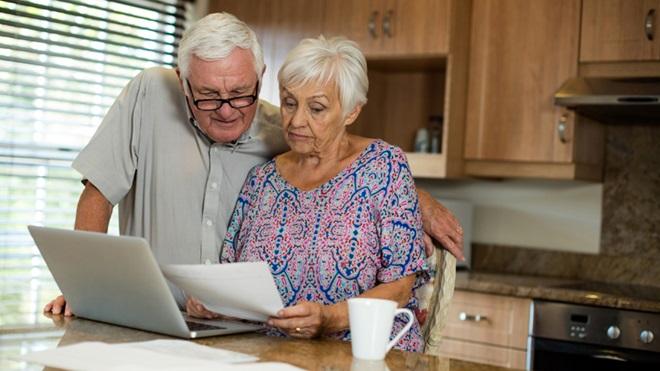 casal de reformados a analisar contas