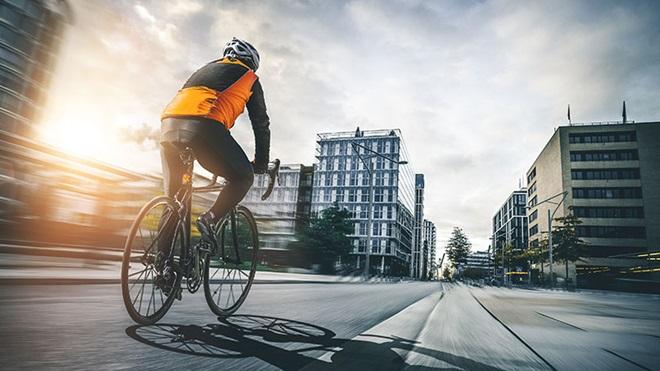 Ciclista a andar na estrada