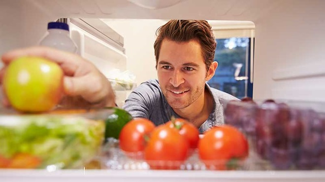 Homem a arrumar o frigorífico