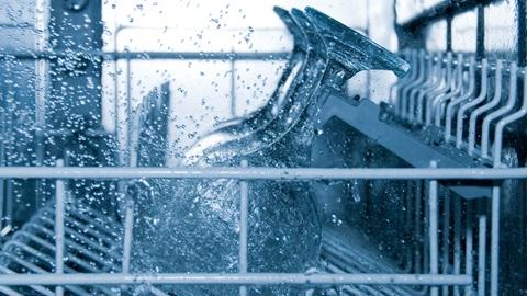 Para poupar, aposte no programa ecológico e respeite as doses de detergente.