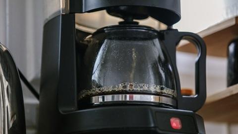 Máquina de café de filtro em funcionamento