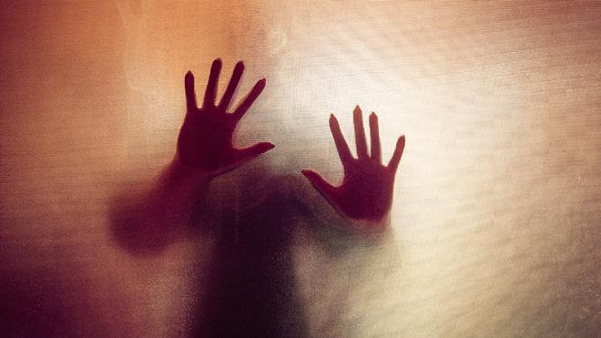 mãos de mulher contra um cortinado transparente