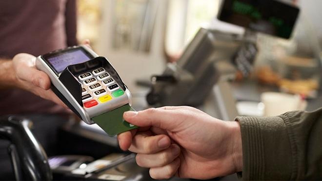 mão a pagar com cartão em terminal de multibanco