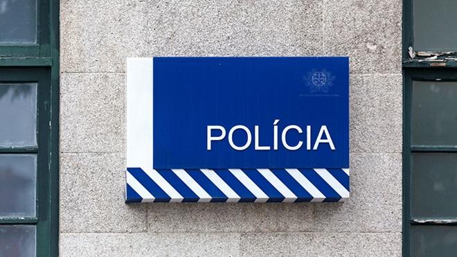 Imagem da entrada da esquadra da polícia