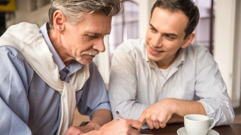 Pai assina herança a favor do filho