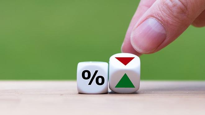 Dado com símbolo de percentagem e dado com símbolo de subida a verde e de descida a vermelho