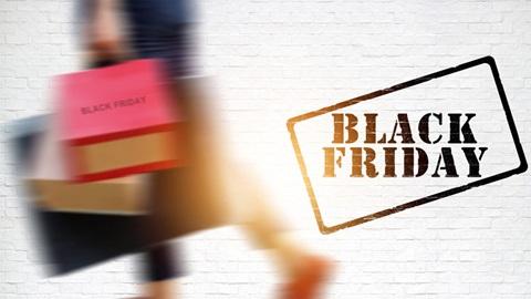 Pessoa com vários sacos de compras da Black Friday