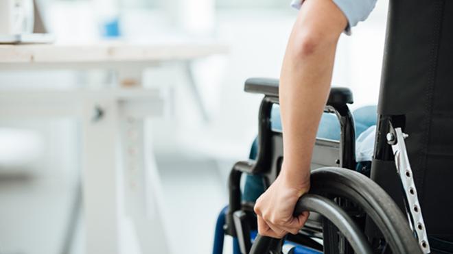pessoa com deficiência sentada numa cadeira de rodas