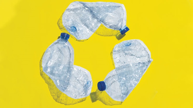 garrafas de plástico em formato do símbolo de reciclagem