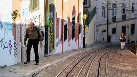 homem a passear nas ruas de Lisboa