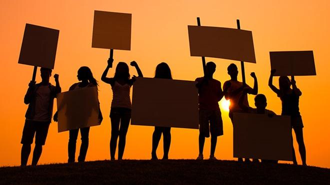 pessoas com cartazes a reivindicar
