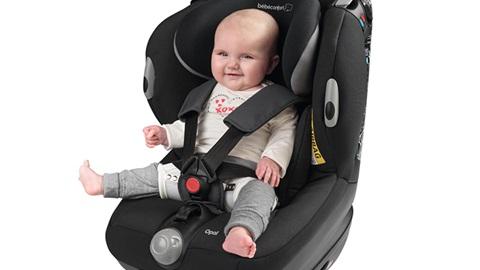 bebé sentado numa cadeira auto