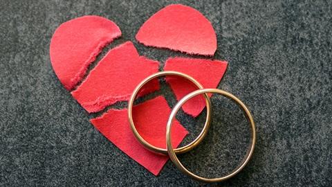 coração partido e alianças de casamento