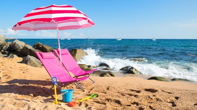 praia cheia com chapéus de sol