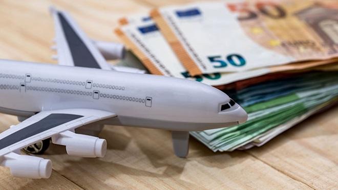 avião em miniatura em cima de uma mesa ao lado de várias notas de euros