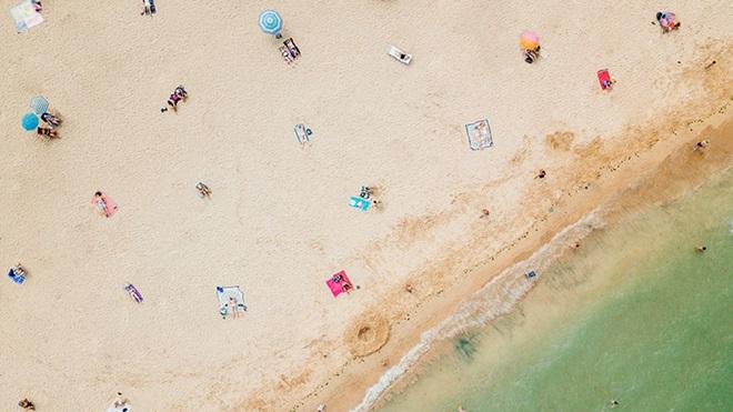 Visão aérea de uma praia pouco frequentada