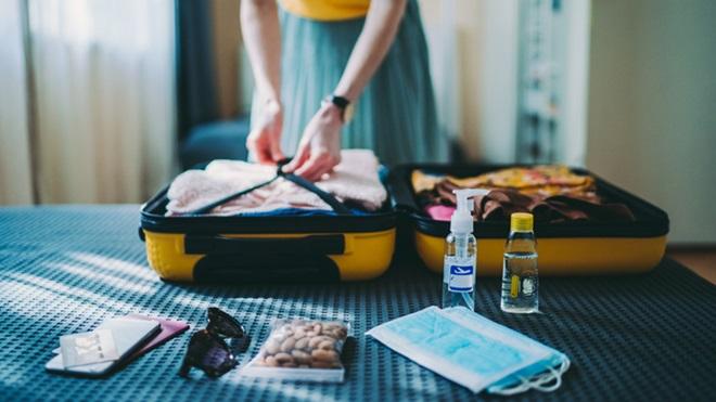 mulher a fazer a mala para viajar