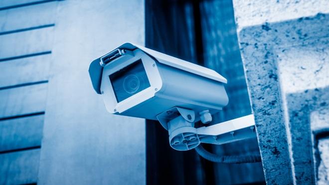 Câmara de videovigilância numa parede no exterior