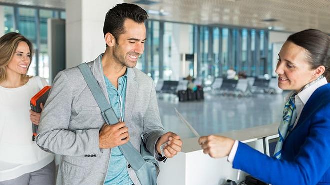 pessoas no aeroporto a embarcar numa viagem de avião