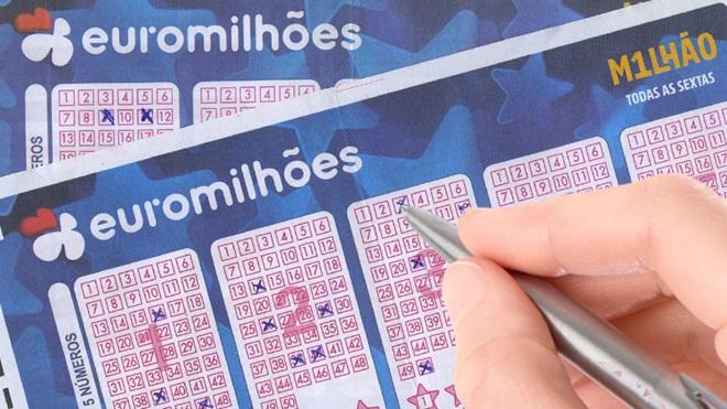 mão com caneta a preencher o boletim de euromilhões