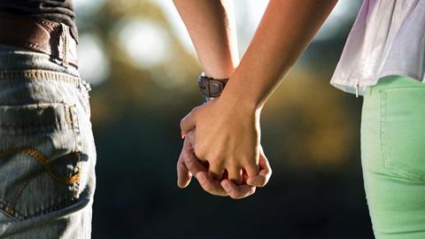 casal em união de facto de mãos dadas