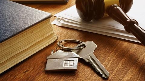 chaves de casa em cima de uma mesa